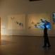 2011,インタラクティブ・インスタレーション「eternal flowers,or kite」を前に仕草する大野慶人氏@川崎市岡本太郎美術館