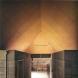 「北山・住宅」内観。6M×6Mの正方形2つに分節するコンクリート臥梁と1室空間。