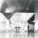 「銀舎」内観。銀色の素材により壁と天井を抽象化し、ニュートラルな建築空間を構成。